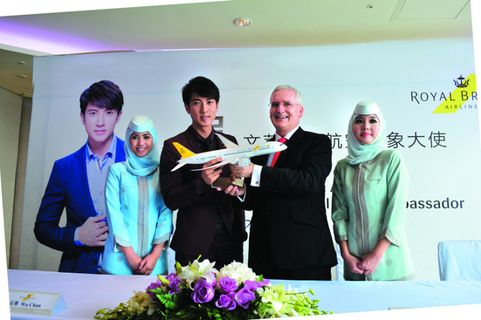 RB Deputy Chairman, Dermot Mannion and Wu Chun at the signing ceremony for Wu Chun's role as International Brand Ambassador for Royal Brunei Airlines.